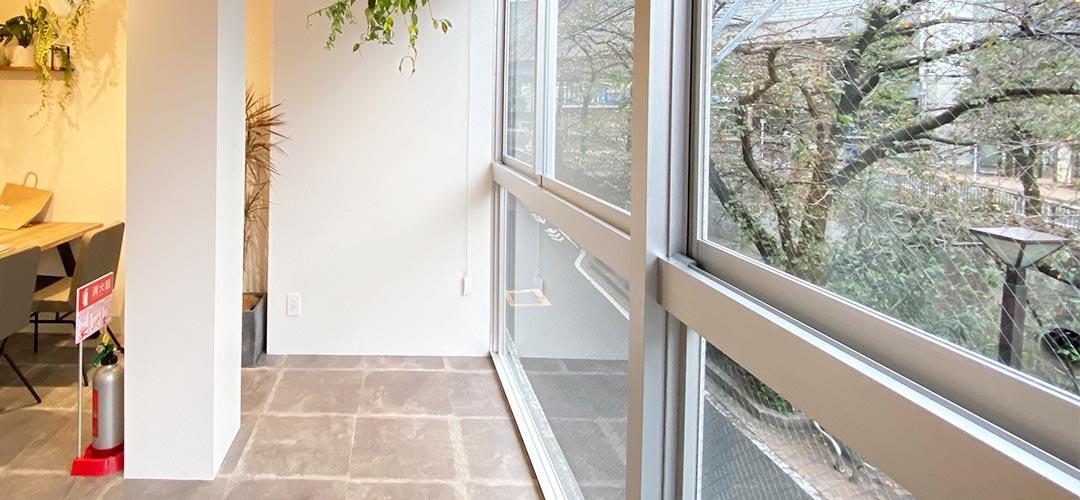 目黒川沿いの大きな窓が特徴です